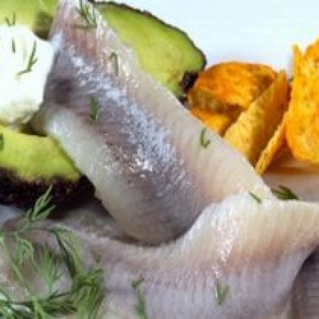 Śledź po szwedzku z avocado podany