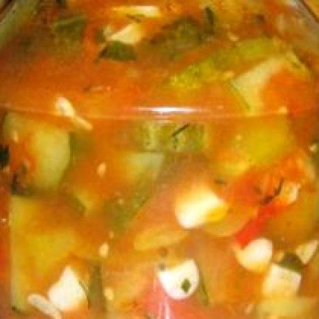 Sałatka z ogórków, papryki i pomidorów konserwowana