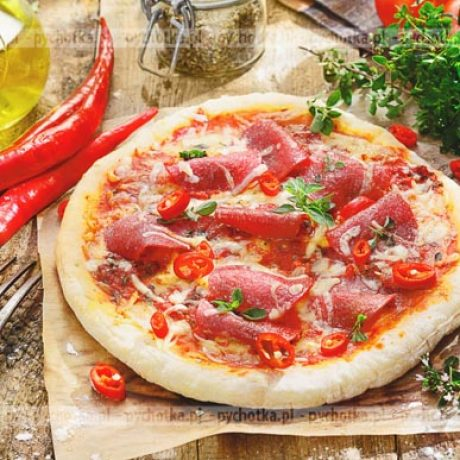 Pizza z salami, pomidorami i pieczarkami