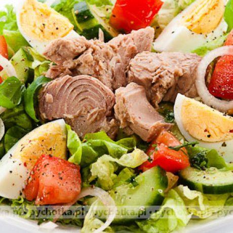 Sałatka z tuńczykiem, jajkiem i pomidorem