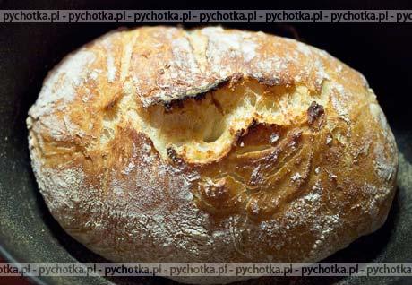 Wspaniały chleb pieczony w garnku żeliwnym