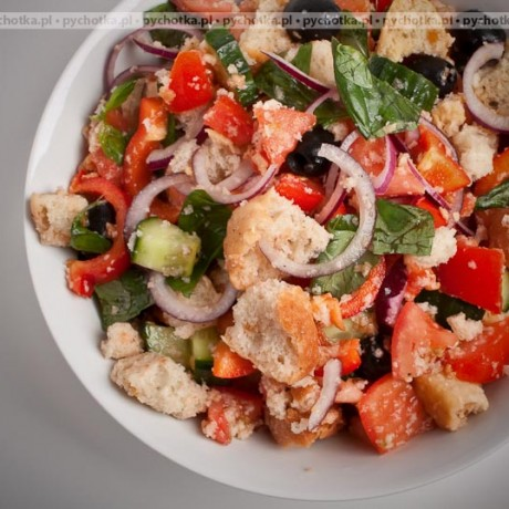Sałatka z kawałkami chleba, pomidorami i mozzarellą