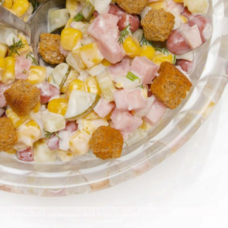 Sałatka z szynki, kukurydzy i grzanek